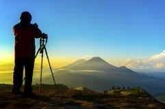 剪影行动的自然摄影师在日出期间 免版税库存图片