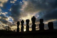 剪影被射击Moai雕象在复活节岛 库存照片