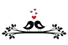剪影逗人喜爱的鸟亲吻和红色心脏 向量例证