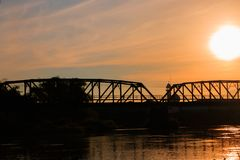 剪影铁路桥和反射在日出前的河与拷贝空间的早晨增加文本 免版税库存图片