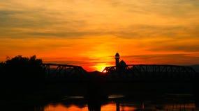 剪影铁路桥和反射在有日出的河在与拷贝空间的天空红色增加文本充分的高定义照片 库存照片