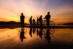 剪影骑自行车者 免版税库存图片