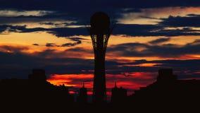 剪影Bayterek塔Timelapse在哈萨克斯坦的阿斯塔纳首都美好的日落的 股票录像