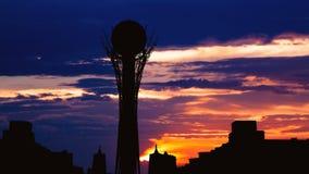 剪影Bayterek塔Timelapse在哈萨克斯坦的阿斯塔纳首都美好的日落的 股票视频