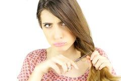 剪所有她的头发的妇女准备好改变做滑稽的面孔 免版税库存照片