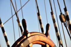 剪报查出在路径船轮子白色 免版税库存图片