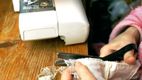 剪裁工作的过程,年长裁缝的手切开了织品 影视素材