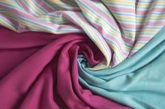 剪裁的被弄皱的五颜六色的织品 免版税库存照片