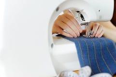 剪裁自然羊毛 工作在缝纫机的妇女裁缝 免版税库存图片