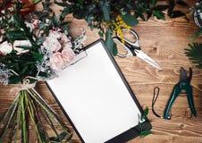 剪贴板的安排在卖花人运转的片剂的 库存照片