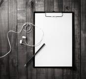 剪贴板,信头,铅笔,耳机 免版税库存图片