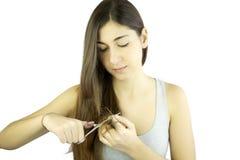 剪长的死的头发的美丽的妇女被隔绝 免版税库存图片