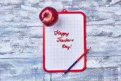 剪贴板、铅笔和苹果 免版税库存图片