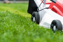 剪绿草的割草机 免版税库存图片