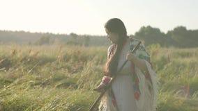 割与大镰刀的逗人喜爱的肥满妇女草在绿色夏天领域 民间传说,传统 在领域的工作 影视素材