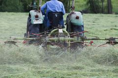 割晒牧草拖拉机 库存图片