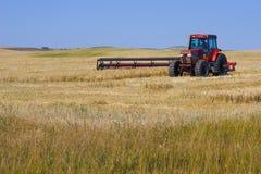 割的拖拉机麦子 免版税图库摄影