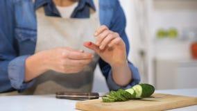 割破她的手指的无经验的女孩做菜沙拉,家庭伤害 股票录像