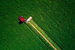 割绿色领域,鸟瞰图的拖拉机 库存图片