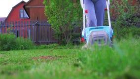 割草坪的女孩 影视素材