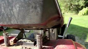 割草机和春天的肮脏的轮胎在后面 影视素材