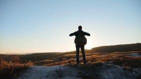力争成功接近的走的旅游远足的冒险登山人日落的人剪影攀登山 股票录像