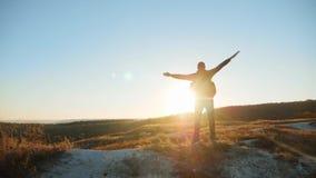 力争成功接近的走的旅游远足的冒险登山人日落的人剪影攀登山 股票视频