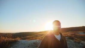 力争成功接近的走的旅游远足的冒险登山人日落的人剪影攀登山 影视素材