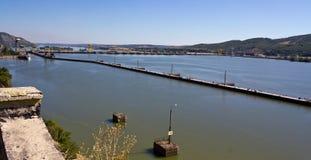 水力发电的堰坝 免版税库存图片