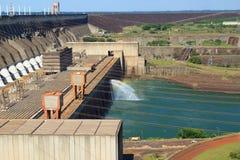 水力发电的水坝伊泰普水电站,巴西,巴拉圭 图库摄影
