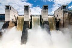 水力发电的水坝 免版税库存照片