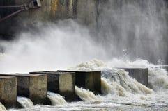 水力发电站的水坝 免版税库存照片