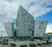 力大无比的博物馆在贝尔法斯特,爱尔兰突出恶运的豪华客船的经验 库存照片
