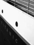 力大无比的式样船身标识牌&栏杆 免版税库存照片