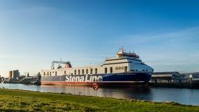 力大无比的RMS用a修造哈兰&沃尔夫造船厂的看法 免版税库存图片
