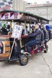 力耶卡,克罗地亚- 3月02 :在每年狂欢节队伍的青年人饮用的啤酒在力耶卡,克罗地亚 库存照片