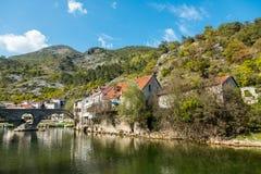 力耶卡Crnojevica,黑山老被成拱形的石桥梁  免版税图库摄影