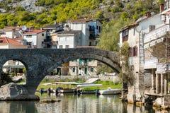 力耶卡Crnojevica,黑山老被成拱形的石桥梁  免版税库存照片