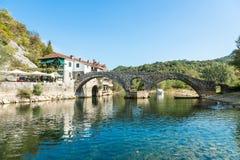力耶卡Crnojevica,黑山老被成拱形的石桥梁  库存照片