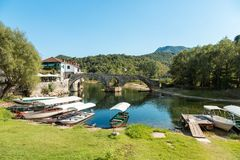 力耶卡Crnojevica,黑山老被成拱形的石桥梁  免版税库存图片