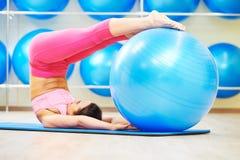 力量与健身球的pilates锻炼 免版税库存照片