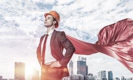 力量和成功的概念与建筑师超级英雄在大城市 免版税库存图片