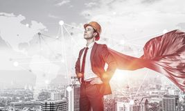 力量和成功的概念与建筑师超级英雄在大城市 免版税库存照片