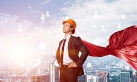 力量和成功的概念与建筑师超级英雄在大城市 库存照片