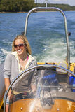 力量小船的少妇女孩海上 库存照片