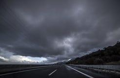 力量调动在风雨如磐的天空下 免版税库存照片