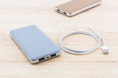 力量银行和USB缆绳智能手机的 库存照片