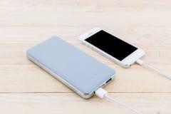 力量银行和USB缆绳智能手机的 免版税图库摄影