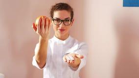劝告的医生吃健康 选择健康食品,不是药片 股票视频