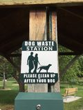 劝告的标志人这是狗废物驻地 免版税库存照片